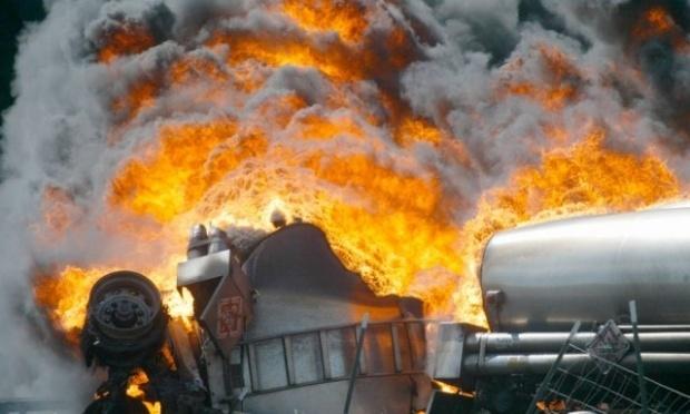 Фотофакт: на въезде в Симферополь опрокинулся и сгорел бензовоз. Водитель не выжил