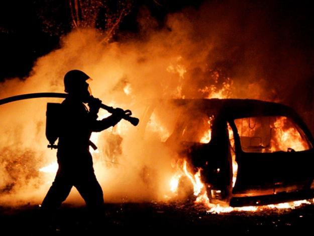 Фотофакт: горящий микроавтобус на улице Ларионова поджог теплотрассу