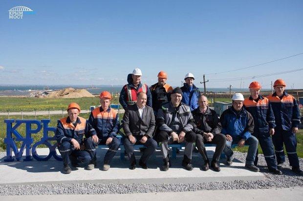 На Тамани установили скамью с видом на строительство Керченского моста