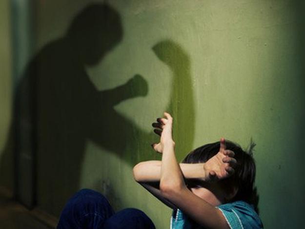 Под мухой: пьяный симферополец в подъезде избил школьника