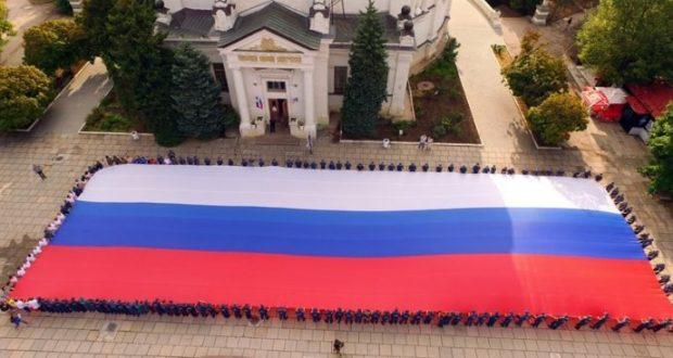 Севастопольские спасатели МЧС развернули огромный триколор