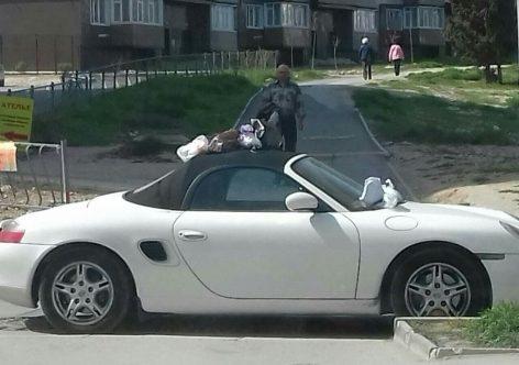 В Севастополе забросали мусором перекрывший проезд кабриолет [фото]